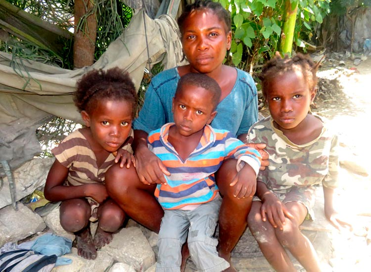 Poor mother and her children in Sapaterre.