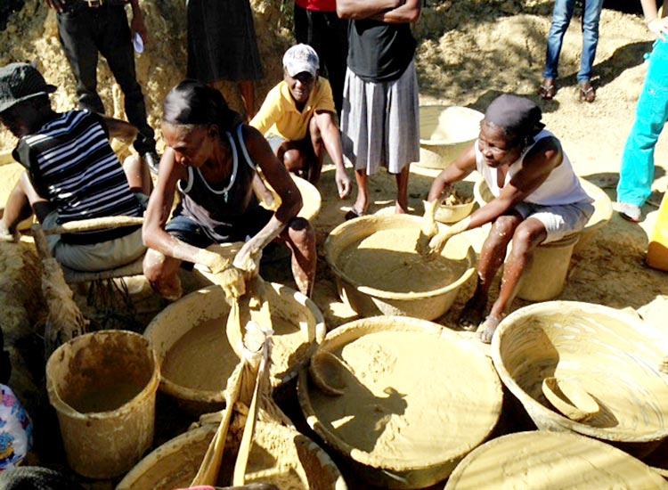 Women making mud cookies in Sapaterre.